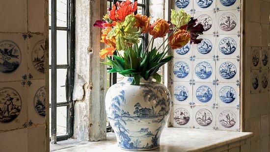 Dyrham, UK: Delft vase in Dyrham Park's dairy