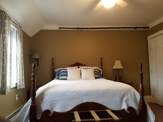Kennebunk, ME: Room 3 - cozy with a queen bed.