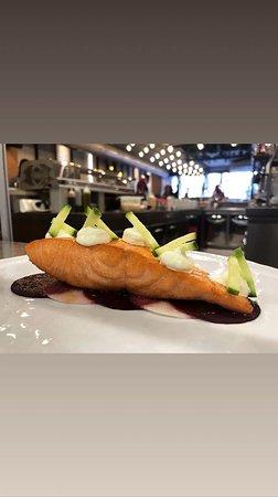 Più 39 by Fishop: salmone su vellutata di barbabietola