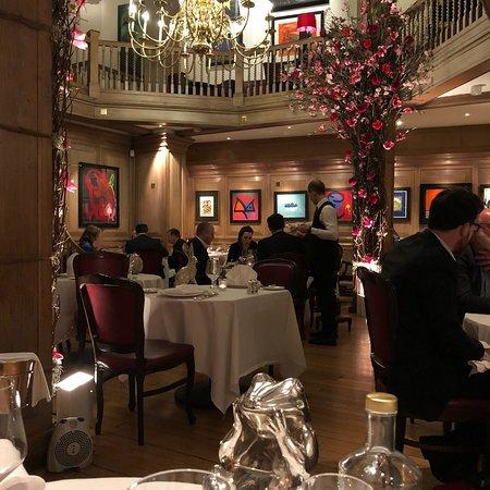 En before et à quelques marches du club LArc Paris, le restaurant Victoria Paris.