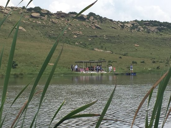 Van Reenen, Sydafrika: The gin bar was held in a little covered structure next to a dam and people could fish