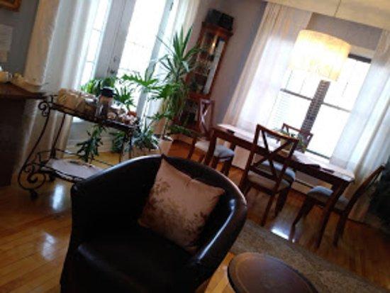 salon pour les invités - Picture of Au Bois Joli B&B, Quebec City ...