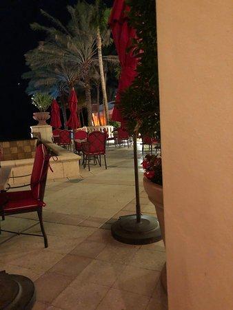 Санни-Айлс-Бич, Флорида: outside seating