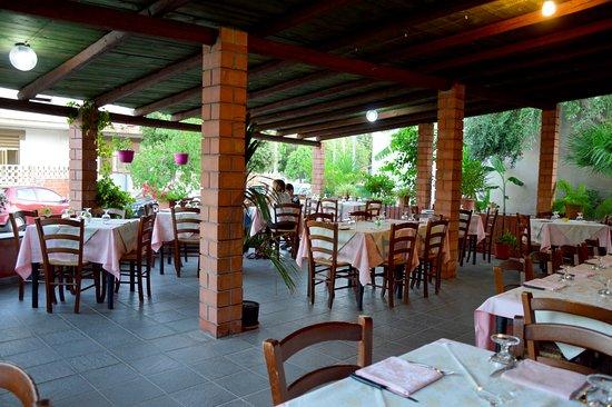 Narbolia, Itália: D`estate un`ampia terrazza all`aperto