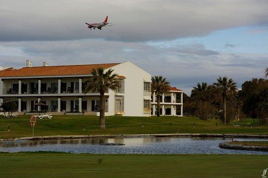 Parador de Malaga Golf : Avión sobrevolando el Parador