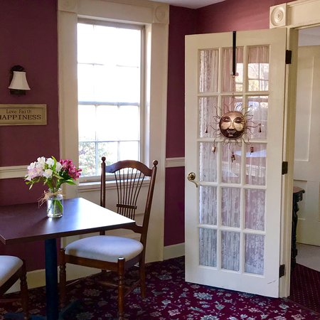Storrs, CT: Spring Hill Inn Guest Lounge, bring your breakfast basket, get some work done, chat with other g