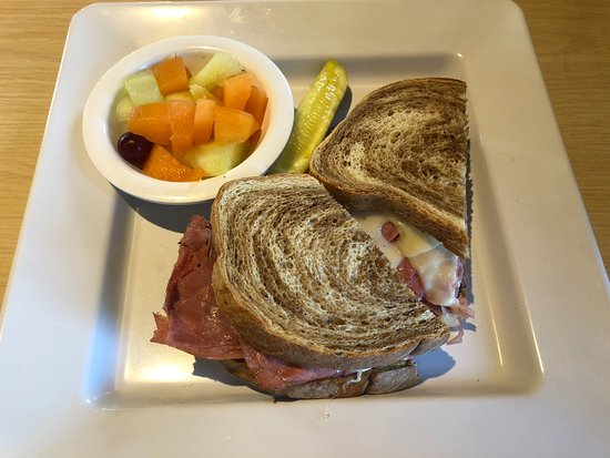 Deerfield, IL: The New Yorker corned beef and pastrami combo w/fruit cup