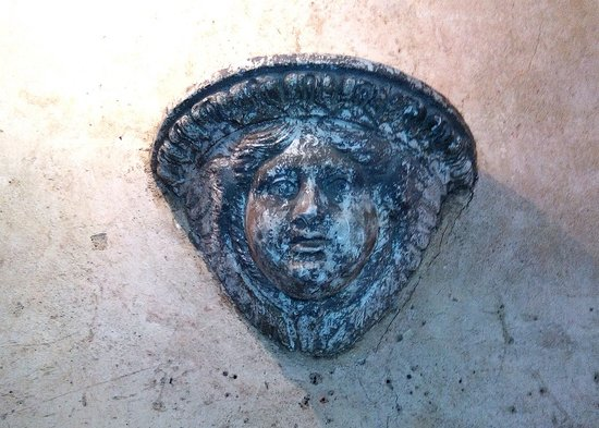Monfort, ฝรั่งเศส: Curieux petit visage servant à l'éclairage du sas d'entrée