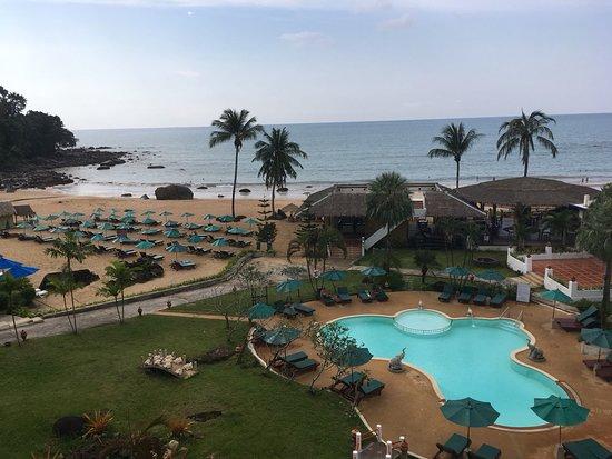 Petite piscine et salle de restaurant au bord de la plage for Piscine a salles