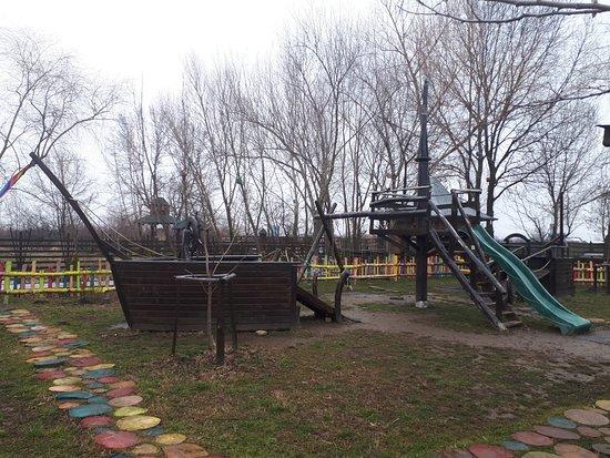 Prahova County, โรมาเนีย: playground, surrounding the spring