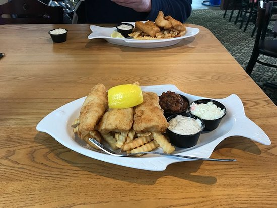 Hazelhurst, WI: Friday fare- one of the choices- Three piece cod with fries, beans and slaw- all very good!