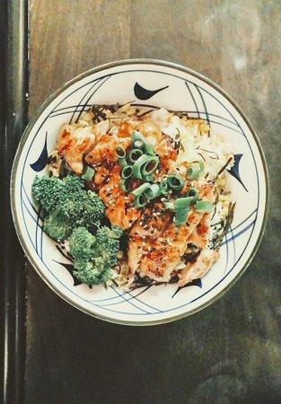 Dumburi de algas, arroz, huevo francés, brócoli, cebolleta y pollo con salsa teriyaki