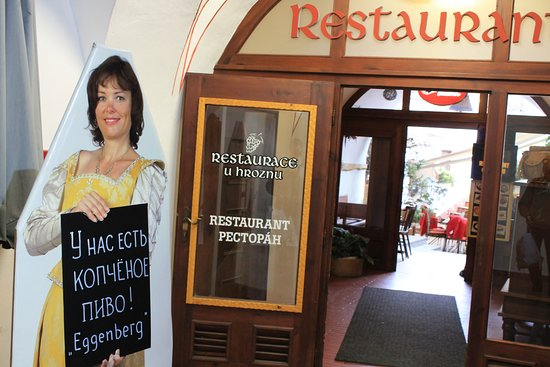 Restaurace U Hroznu: Вход в ресторан