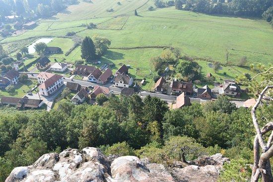 Obersteinbach, Frankreich: Vue depuis un rocher surplombant le resto et le village