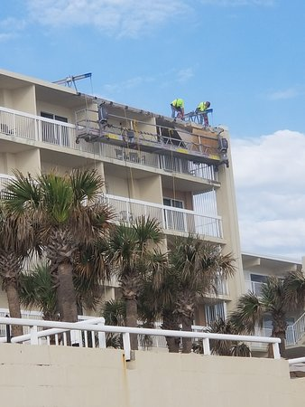 ‪‪Holiday Inn & Suites Daytona Beach on the Ocean‬: Drilling and chain saws directly above my room!‬