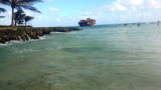 Rocky Cay : Vista do navio encalhado e o mar