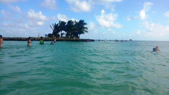 Rocky Cay : a ilhota e as pessoas caminhando até lá