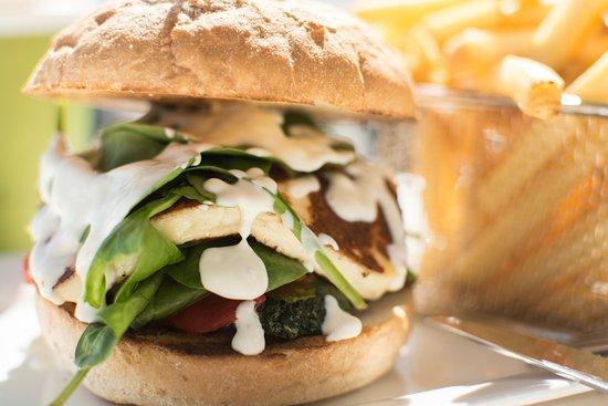 Quinns Rocks, Australien: HOLOUMI BURGER -Grilled vegie stack, house relish, grilled haloumi,fresh spinach, yoghurt dressi