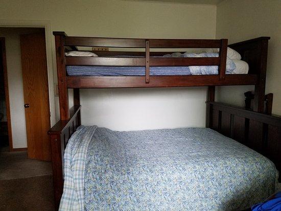 Glacier House Hostel: Room C twin over full bunk