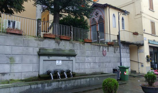 Castiglione Dei Pepoli, Italie : la fontana e la strada