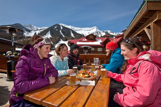 Fernie, Canadá: Beer & Nachos on the Griz Bar deck