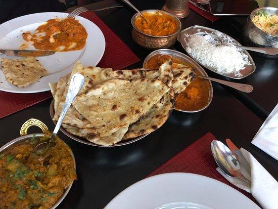 Curry House: Szerintem a fotó mindet elmond, gusztusos, jóízű ételek. Nehéz a választás.