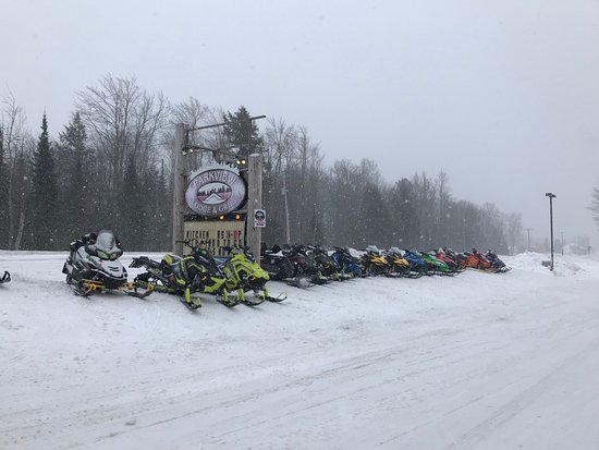 Parkview Lodge And Grill: Plenty of sled parking