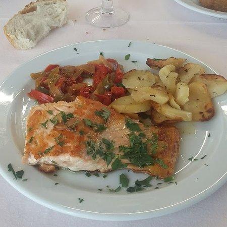 Liédena, España: salmon con patata panadera y pimientos