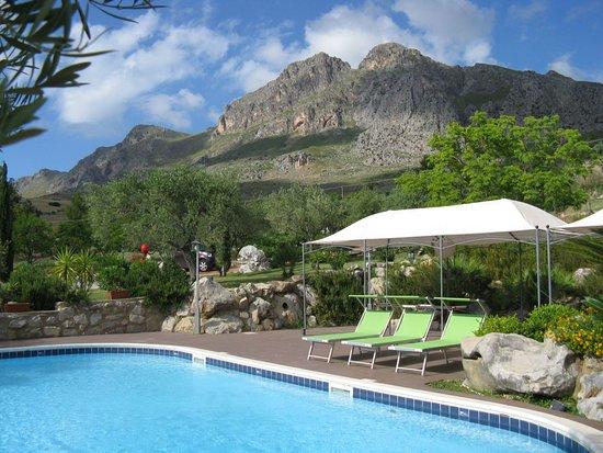 La piscina con panorama su pizzo trigna picture of agriturismo crapalicca ventimiglia di - Agriturismo in sicilia con piscina ...