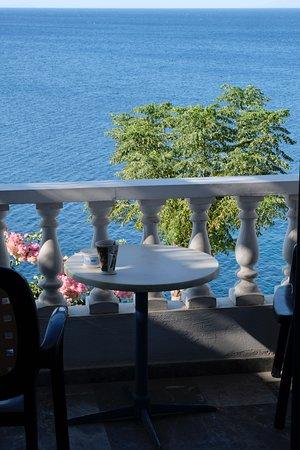 Batsi, Greece: Tussen balkon & boom is een doodlopend weggetje, waar 's avonds eigenlijk geen verkeer is.