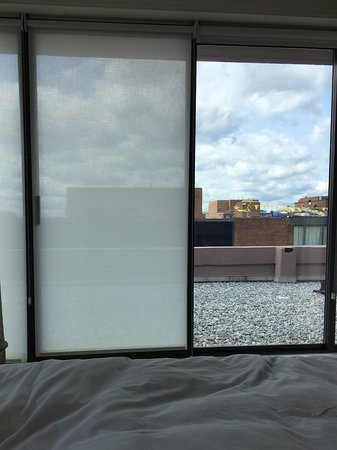 Four Seasons Hotel Washington, DC: Distressing view from the bed. Really depressing