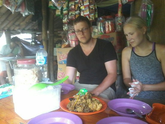 Langowan, Indonesien: lunch time after climbed on altitute 1000 from sea level chicken cook on the bamboo minahasa cui