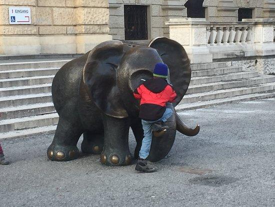 Elefant: Child climbing on the Elephant Statue