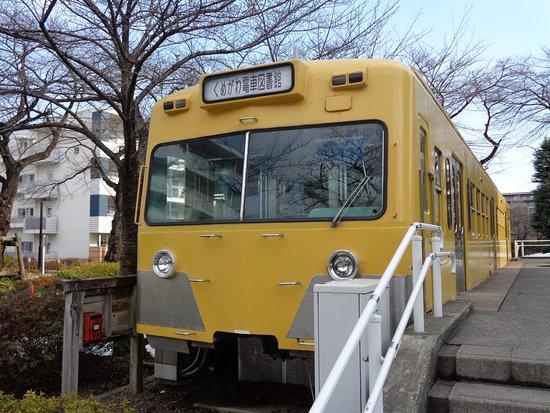 Higashimurayama, Japan: 西武鉄道の電車の先頭車をそのまま使った子供図書館です