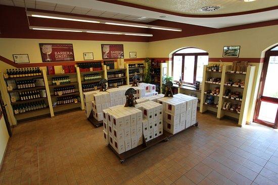 Castelnuovo Calcea, Italien: Esposizione bottiglie