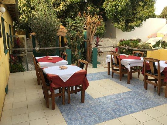 Brufut, Гамбия: Dining area on the terrasse at Mango Lodge