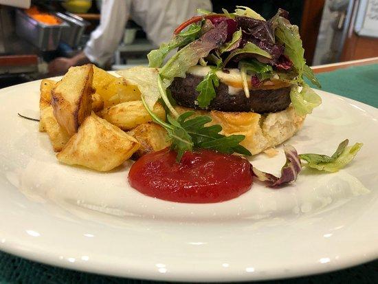 Bar L'Intermezzo: Hamburger, scamorza affumicata, insalatina, cipolla al balsamico e patate arroste