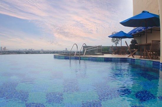 Infinity Swimming Pool - Picture of Kyriad Metro Cipulir ...