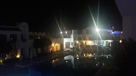 Falcon Hills Hotel: Вид на бассейн со второго этажа