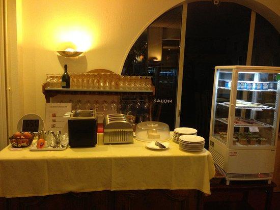 La Châtre-Nohant, France : Buffet du petit-déjeuner