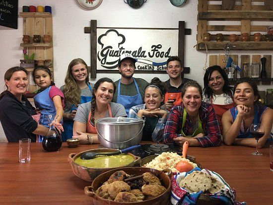 Jocotenango, جواتيمالا: A happy class in which we prepared torregas, jocon, arroz and torillas!