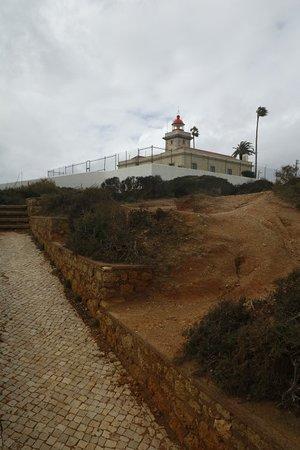 Ponta da Piedade Lighthouse : Väldigt mäktig utsikt, barnen tyckte det var kul att kunna ta trapporna ner till vattnet.