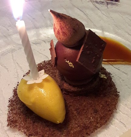 Le Chiquito: dome chocolat, sorbet mangue, sauce caramel