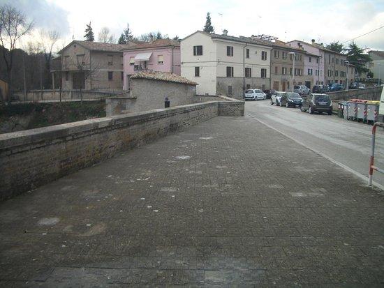 Urbania, Itálie: ponte del riscatto