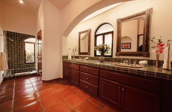 Hacienda Todos Los Santos: Suite Santa Barbara Bathroom.