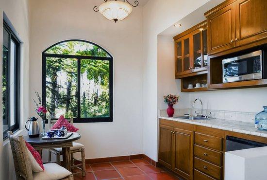 Hacienda Todos Los Santos: Suite Santa Barbara Wet-bar