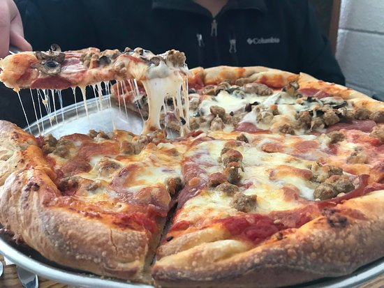 Whitney, Canadá: Pepperoni, Italian sausage, and then mushrooms as well on one half