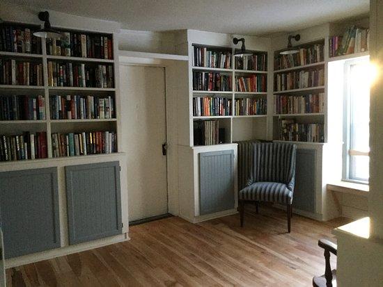 Deer's Head Inn: Library