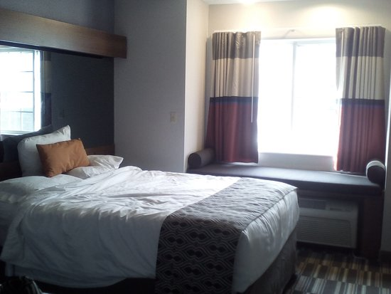 Microtel Inn & Suites by Wyndham Philadelphia Airport: Queen Bed was very comfortable!