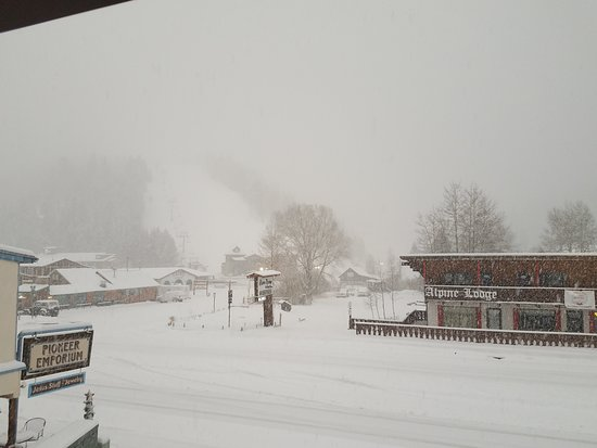 Sitzmark Lodge: What we woke up to. SNOW. Looking off balcony of 404 at main ski lift